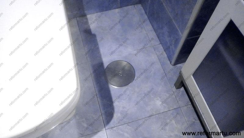 Bote sifónico en un cuarto de baño antes de ser reformado